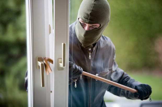 Einbrecher an einem Fenster | (c) www.BilderBox.com, Erwin Wodicka, iStockPhoto